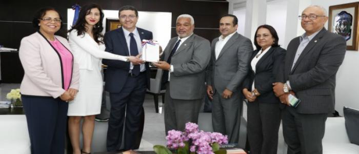 Radhamés Camacho recibe visita de embajador de Italia
